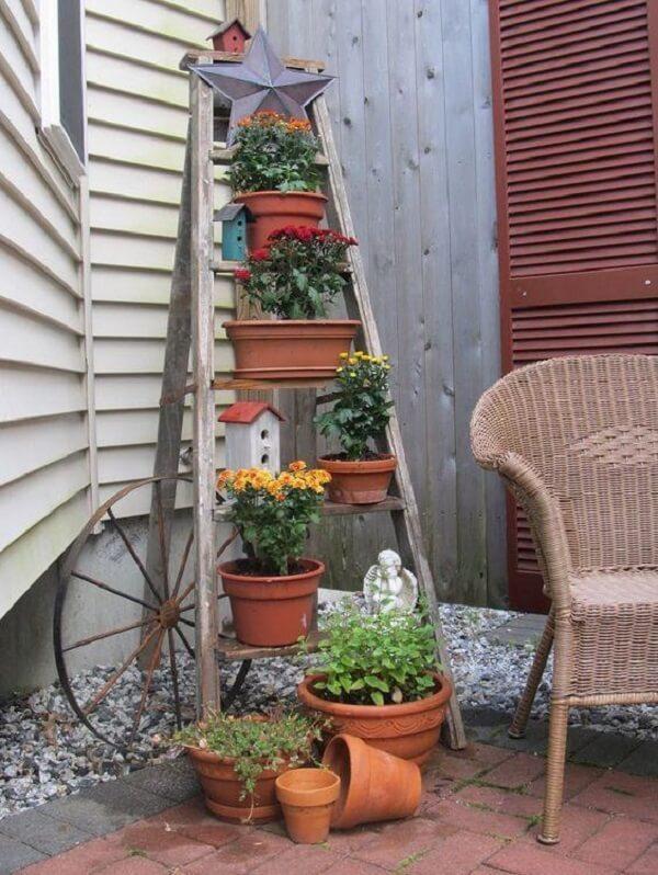 Posicione os vasos na escada de madeira no jardim de inverno no quarto pequeno