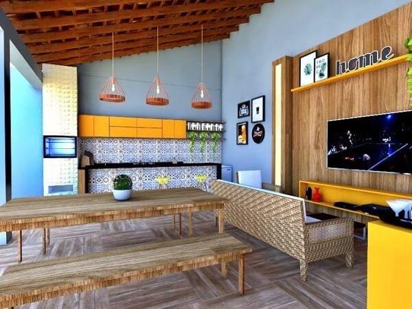 Que tal colocar uma mini sala de TV ao lado da área gourmet rústica?