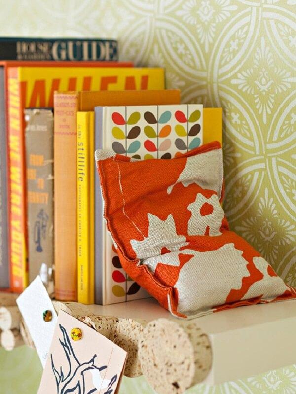 Que tal encapar um tijolo (com papel ou tecido) e transformá-lo em um aparador de livros?
