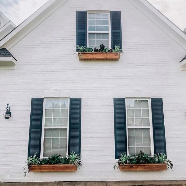 Que tal fixar sua foreira de parede de madeira próximo aa janela do imóvel?