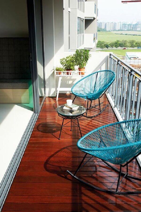 Que tal incluir na varanda uma confortável cadeira de corda com estrutura de balanço?