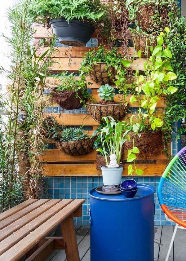 Reserve um espaço na sua varanda para incluir uma charmosa floreira vertical de parede