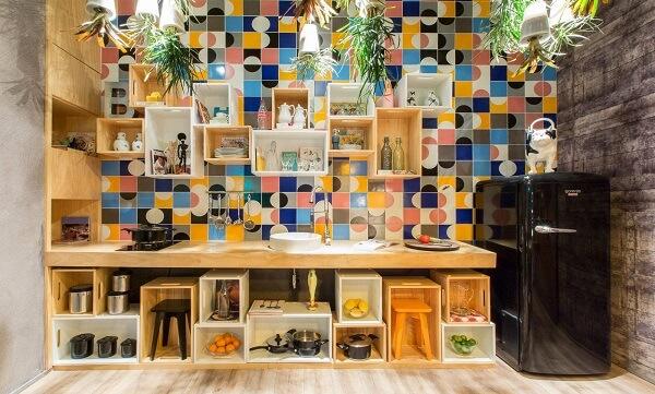 Reutilize os caixotes de feira na decoração da área gourmet rústica