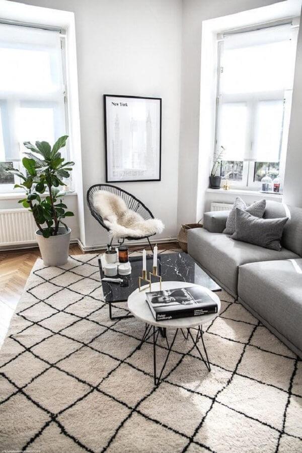 Sala clean com cadeira de corda preta