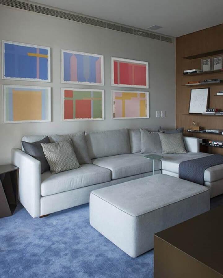 Sala decorada com sofá com chaise cinza e quadro para sala abstrato Foto Jeito de Casa