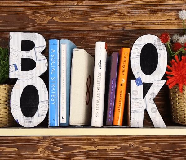 Suporte aparador de livros feito com a palavra BOOK