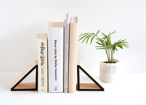 Suporte aparador de livros feito com mdf em formato de triângulo