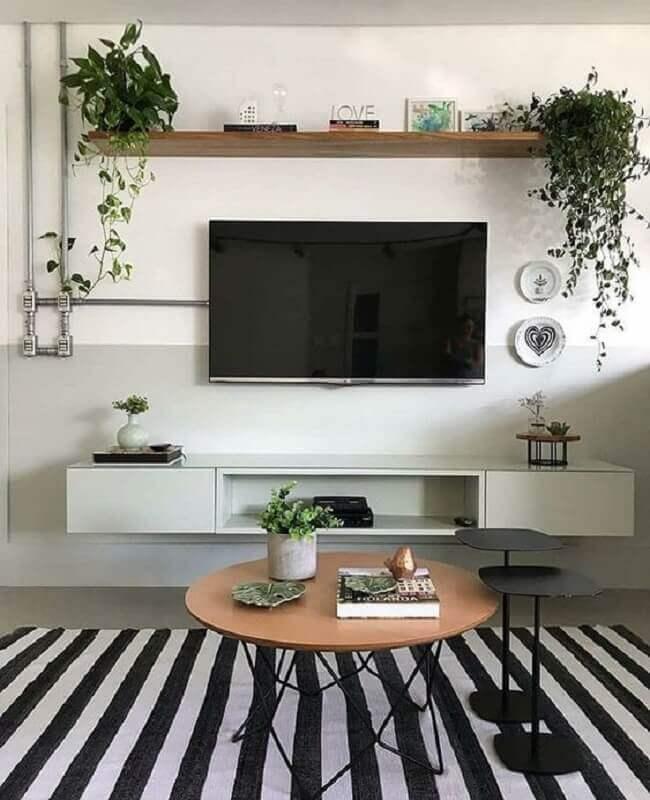 TV direto na parede de sala simples com tapete listrado Foto Apartament Therapy