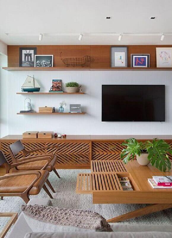 TV na parede com prateleiras para sala moderna com móveis de madeira Foto Behance