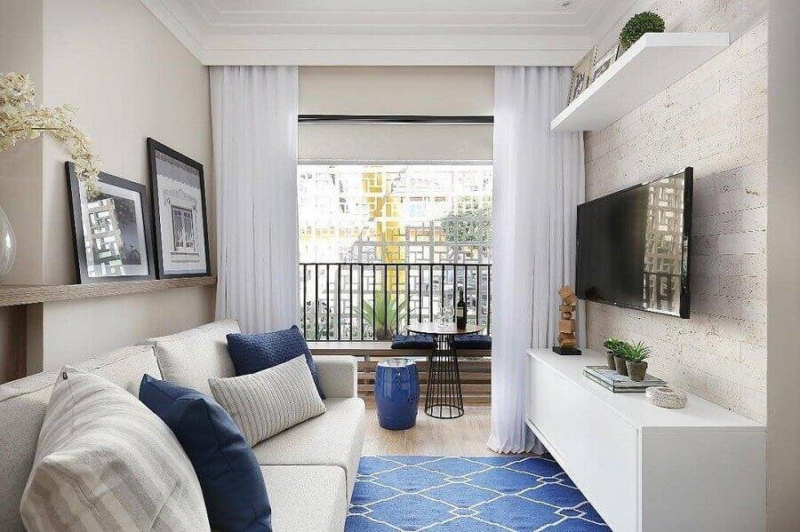 TV na parede da sala pequena branca e azul Foto Pinterest