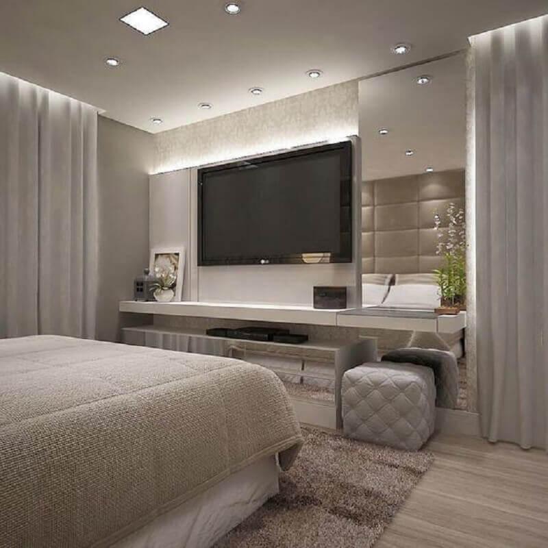 TV na parede do quarto cinza moderno Foto Jeito de Casa