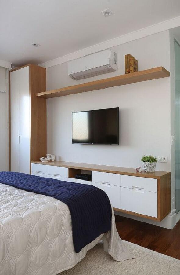 TV na parede do quarto de casal com móveis planejados Foto Habitare