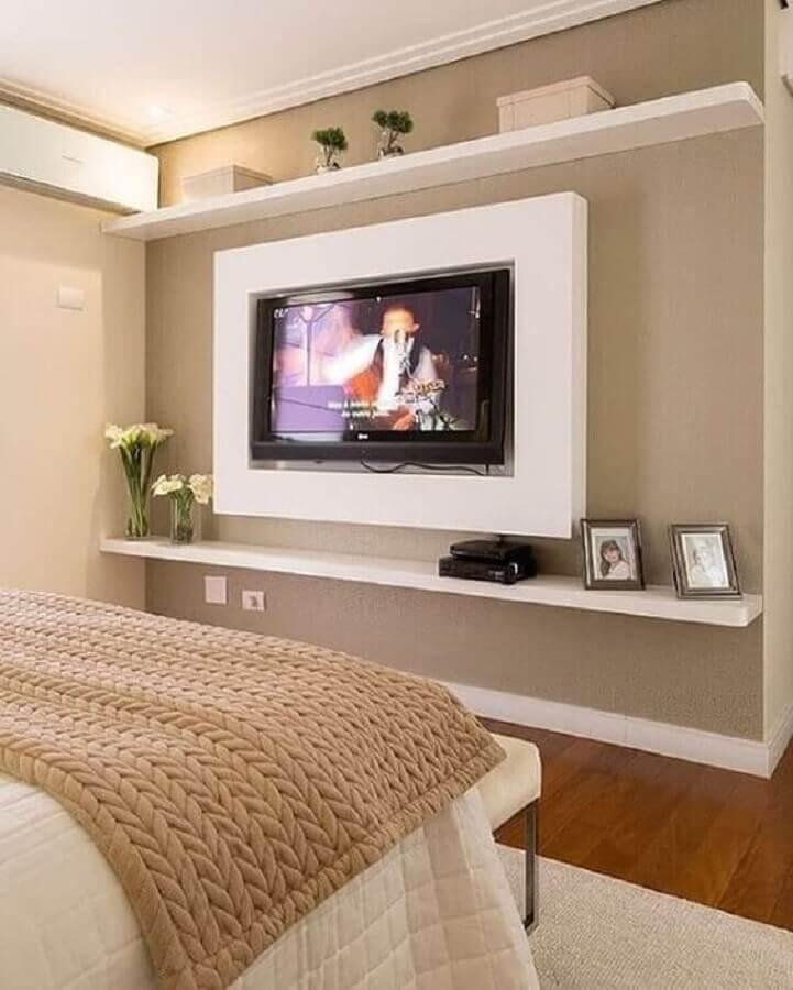 TV na parede do quarto decorado em tons de bege Foto Pinterest