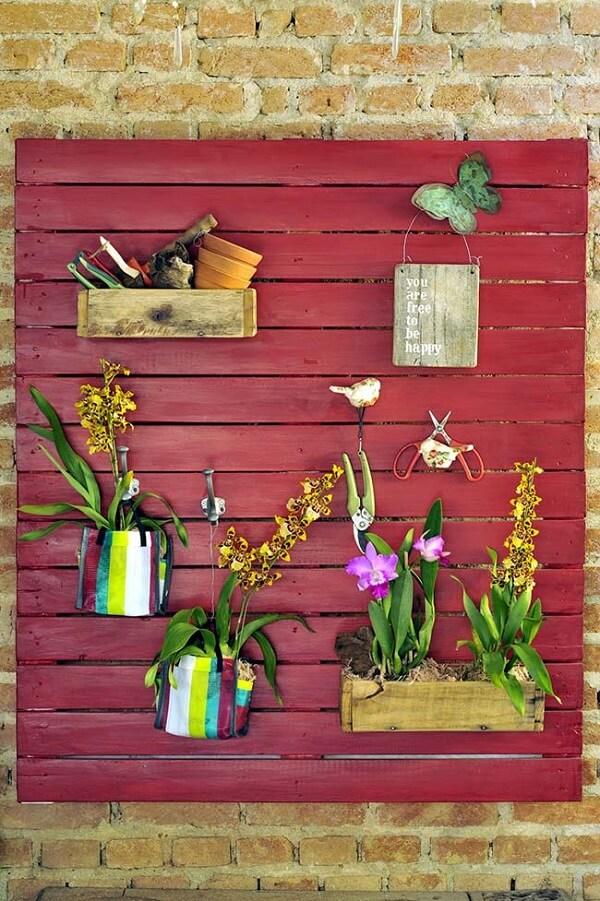 Traga cores e texturas para a decoração incluindo floreira de parede no ambiente