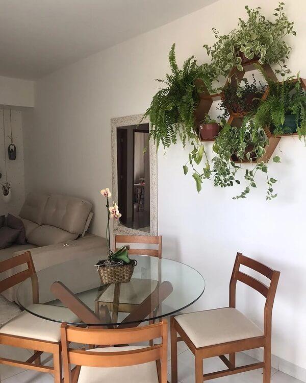 Traga o verde para dentro do ambiente incluindo uma floreira de parede de madeira na decoração