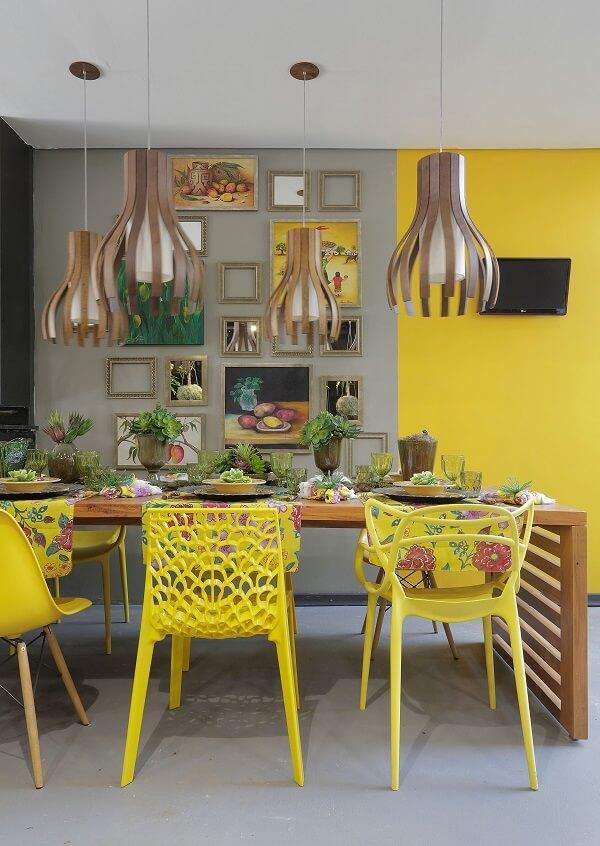 Utilize cores vibrantes na decoração área gourmet rústica