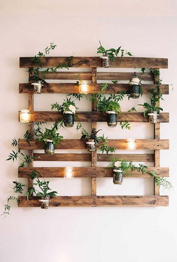 Velas em copos deixam sua floreira de parede ainda mais linda