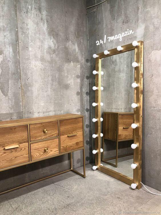 Espelho camarim de madeira no chão do quarto rústico
