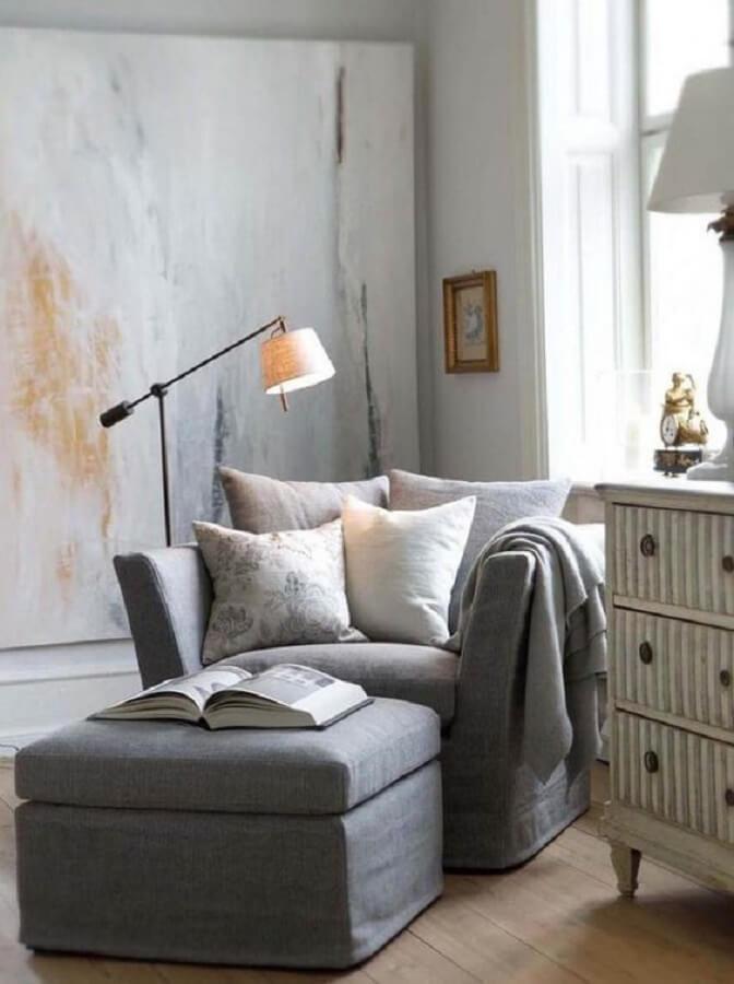 ambiente simples decorado com poltrona cinza confortável e luminária de chão para leitura Foto Fashionismo