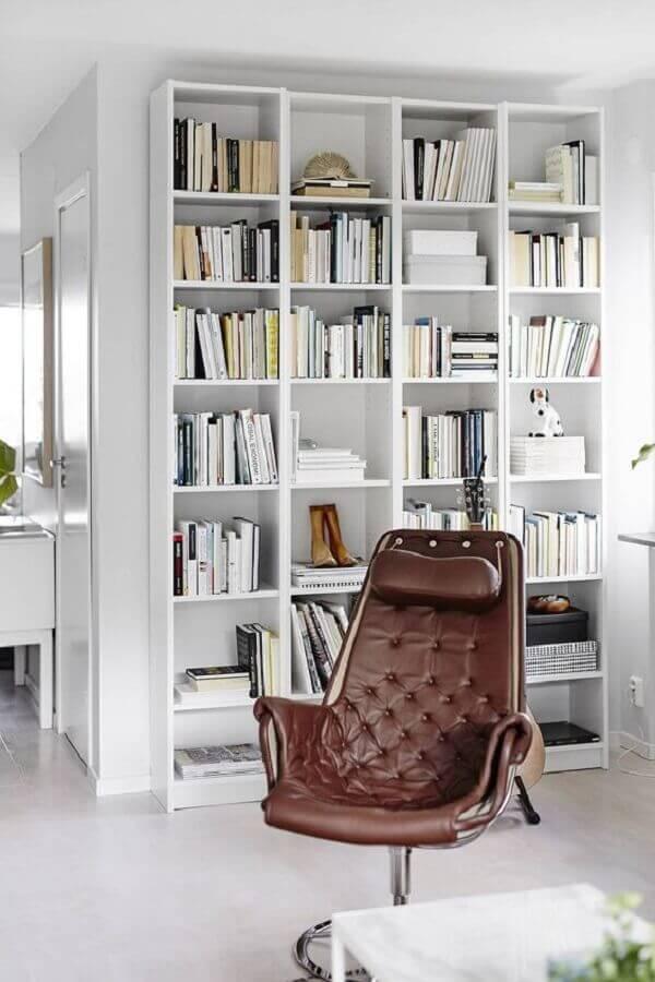 ambiente todo branco decorado com estante de nichos Foto Västanhem Mäkleri & Interiör
