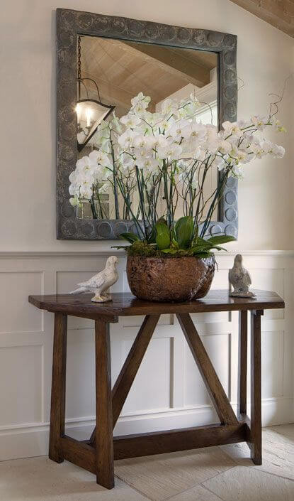 Aparador com orquídea branca