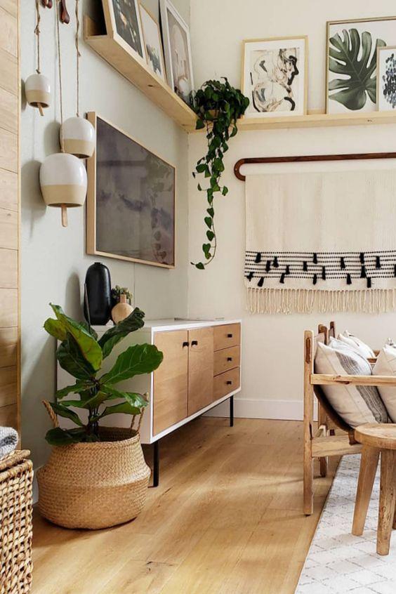 Sala retrô com buffet de madeira e plantas na decoração