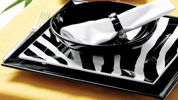 Aparelho de jantar quadrado preto com detalhes brancos