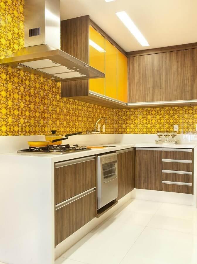 armário e azulejo amarelo para cozinha sob medida de canto Foto Adriana Fontana