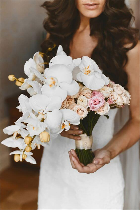 Quarto com arranjo de orquídea branca