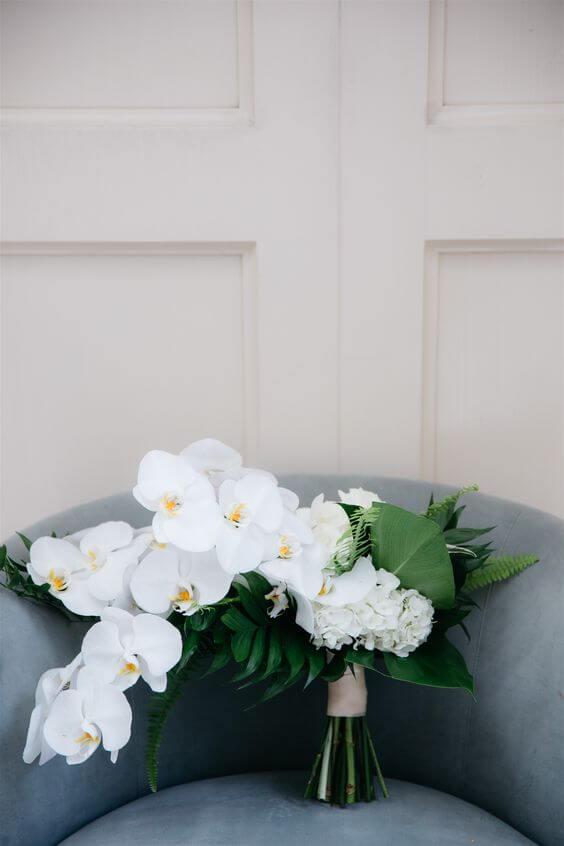 Arranjo com orquídea branca e para decorar casa e usar como buquê