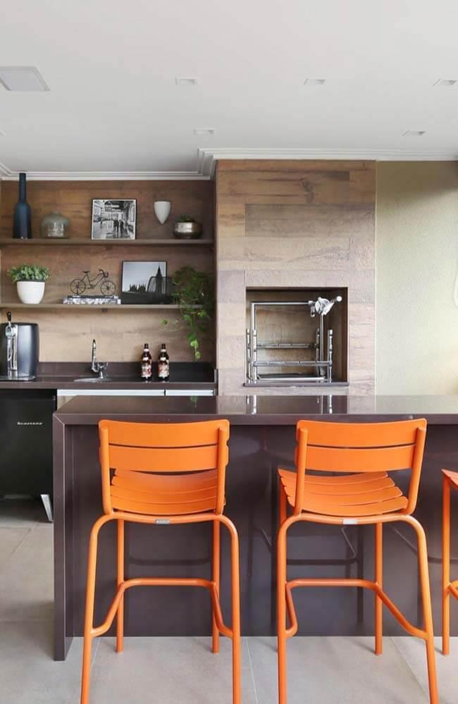Cores de granito marrom com banquetas laranjas