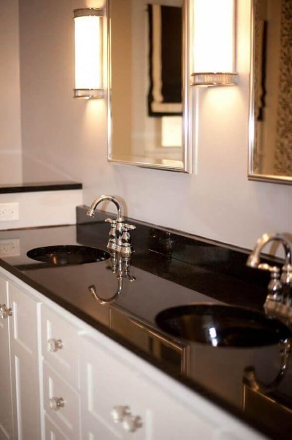Bancada de banheiro com granito preto