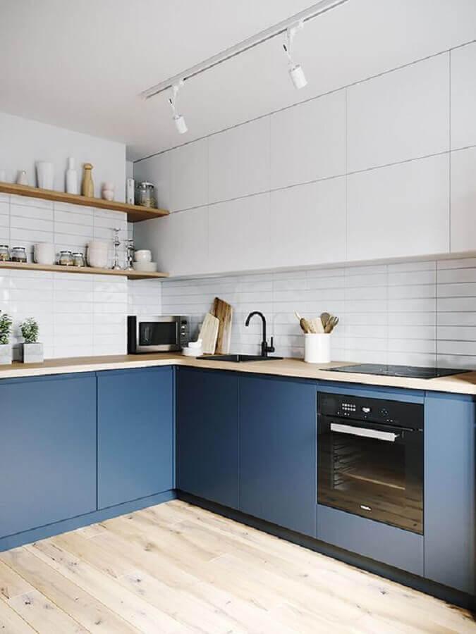 bancada e prateleira de madeira para cozinha sob medida de canto azul e branca Foto Arkpad