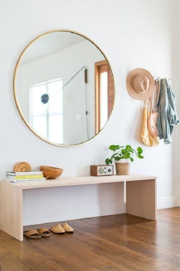 banco de madeira e espelho branco para decoração de hall com parede branca Foto Houzz