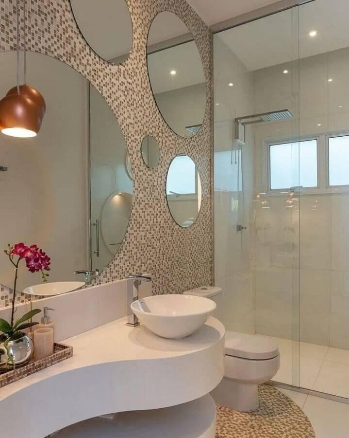 banheiro branco decorado com vários espelhos para banheiro redondo Foto Iara Kilaris