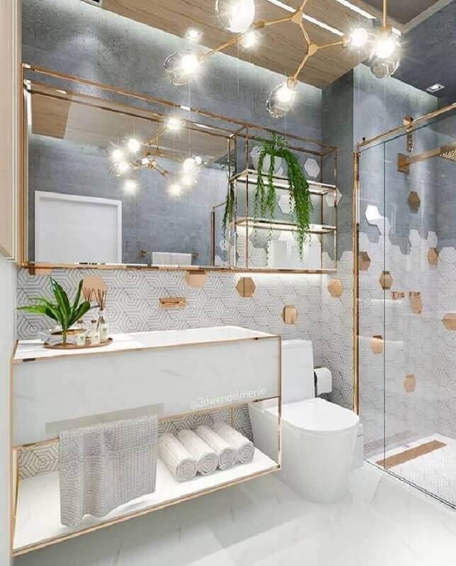 banheiro branco sofisticado decorado com revestimento hexagonal dourado  Foto Jeito de Casa