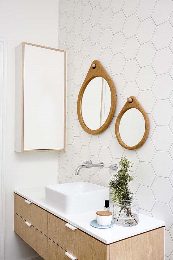 banheiro branco todo clean decorado com espelhos para banheiro redondo com moldura de madeira Foto Archilovers