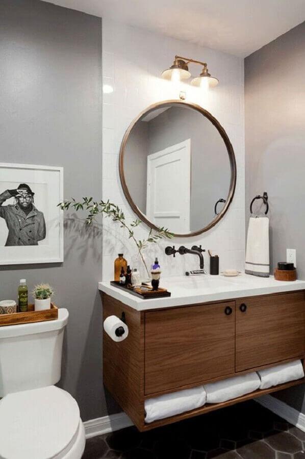 banheiro cinza decorado com gabinete de madeira e espelho redondo para banheiro com moldura Foto Apartment Therapy