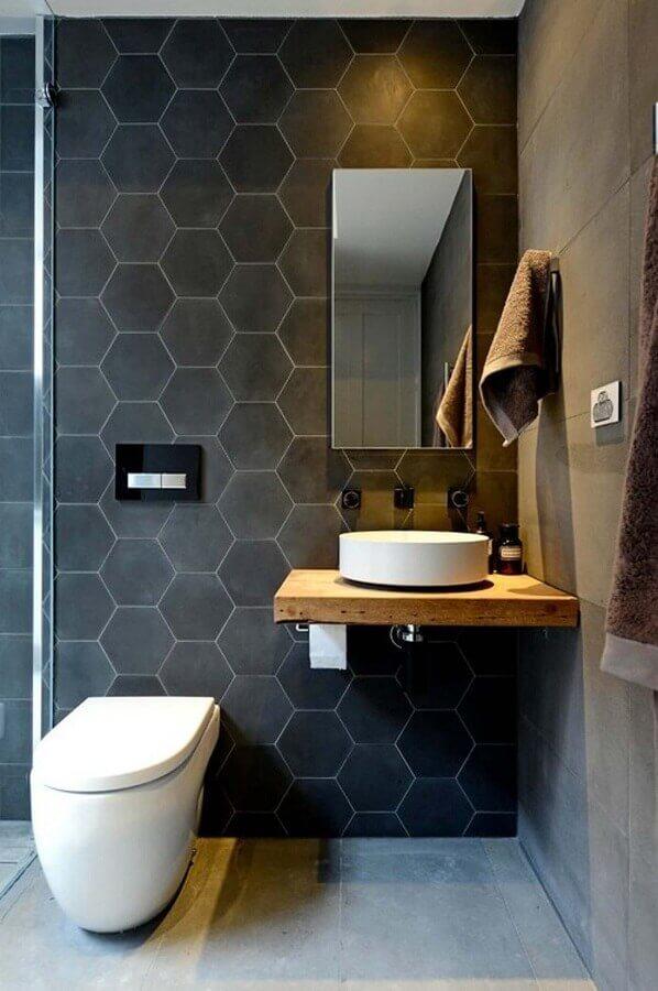 banheiro cinza moderno decorado com revestimento hexagonal preto Foto Decor Salteado