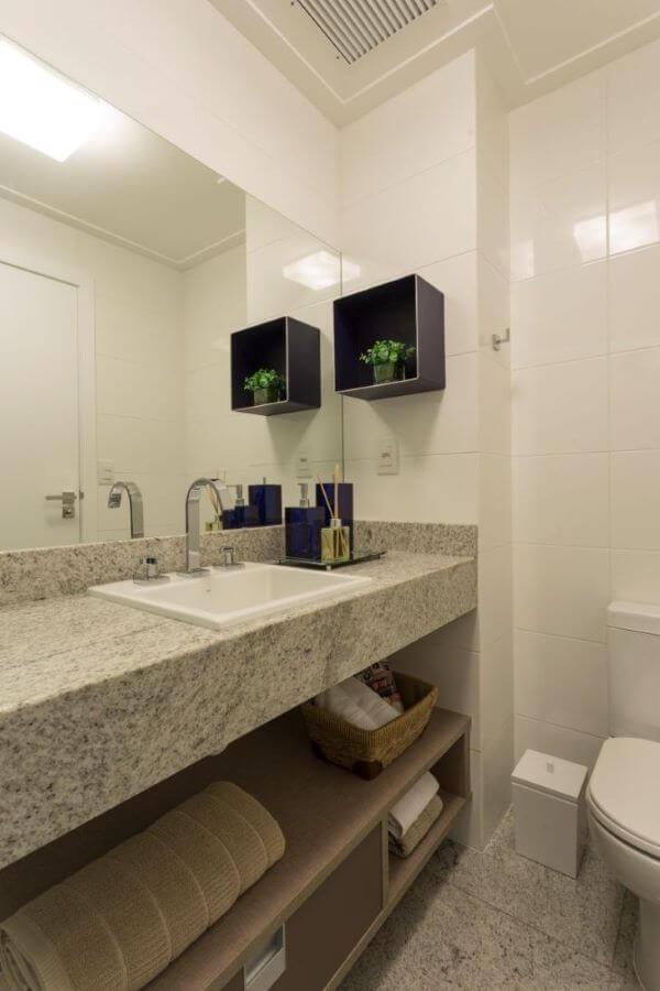 Cores de granito no banheiro sofisticado