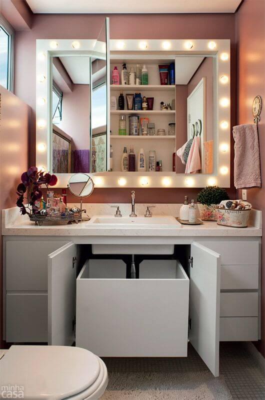 Banheiro com espelho camarim