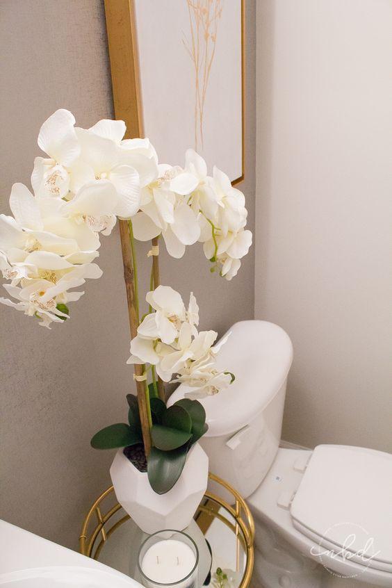 Banheiro com orquídea branca
