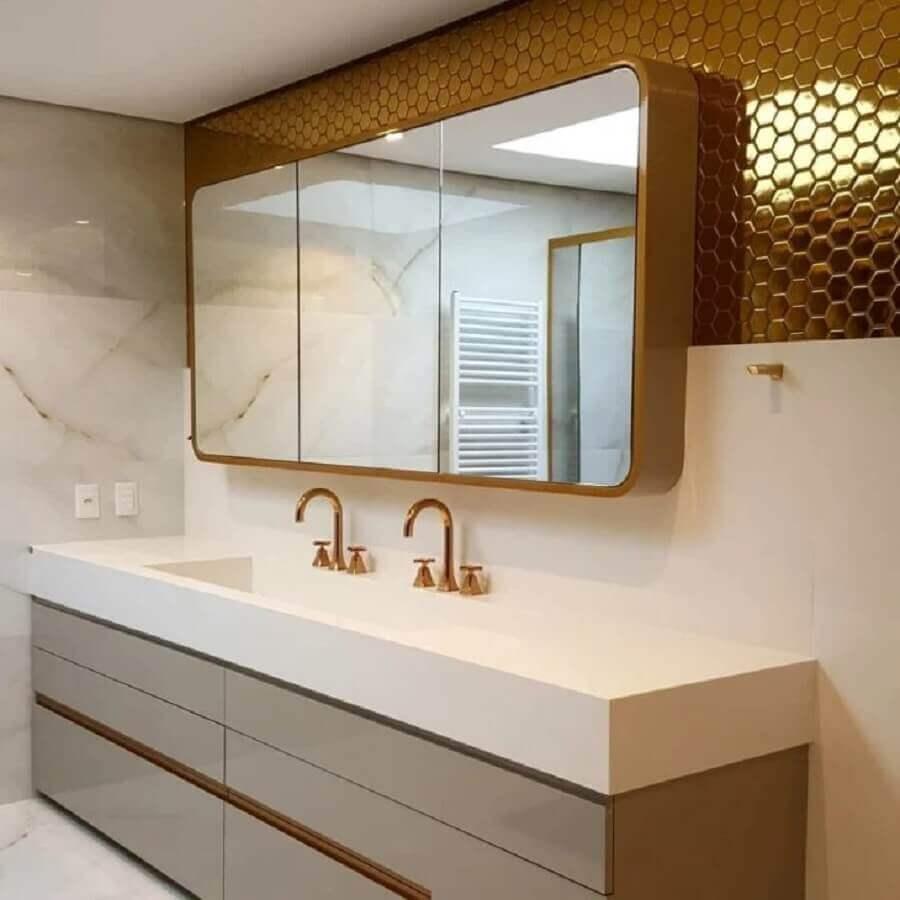 banheiro de luxo decorado com revestimento hexagonal dourado Foto MMLT - Arquitetura Urbanismo