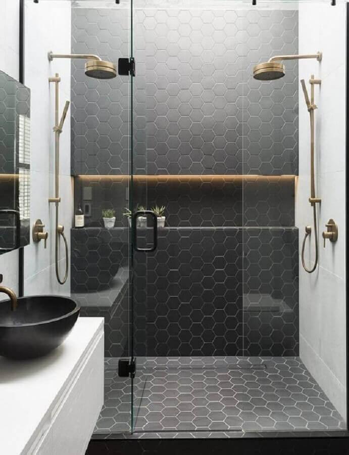 banheiro moderno decorado com revestimento hexagonal preto na área do box e piso  Foto Pinterest