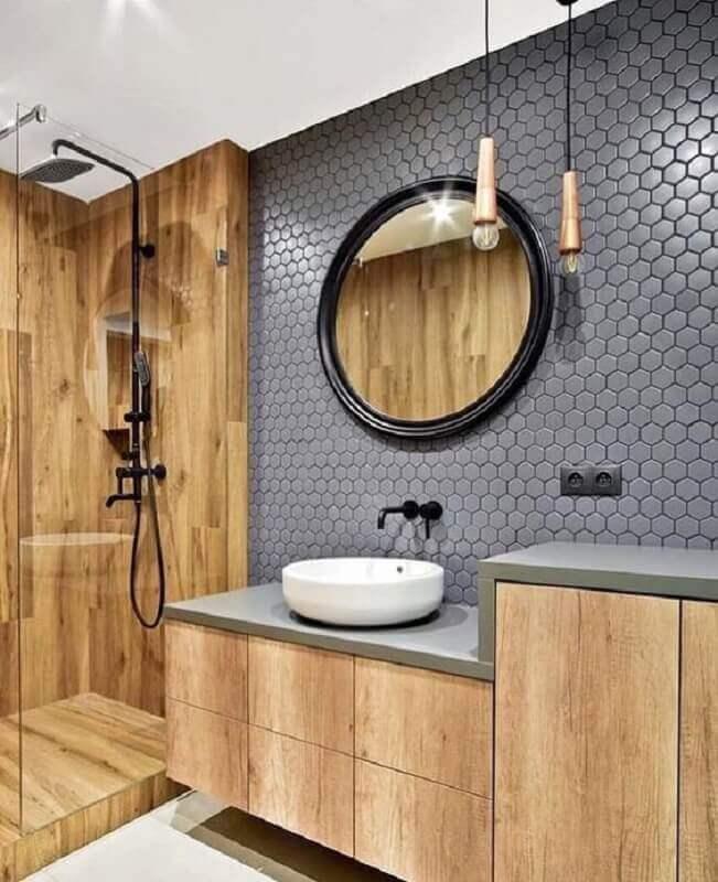 banheiro planejado com porcelanato amadeirado para área do box e revestimento hexagonal cinza  Foto Jeito de Casa