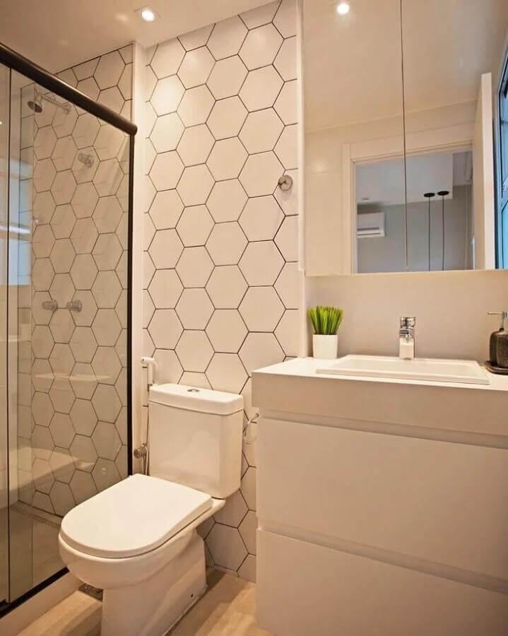 banheiro simples decorado com revestimento hexagonal branco  Foto Pinterest