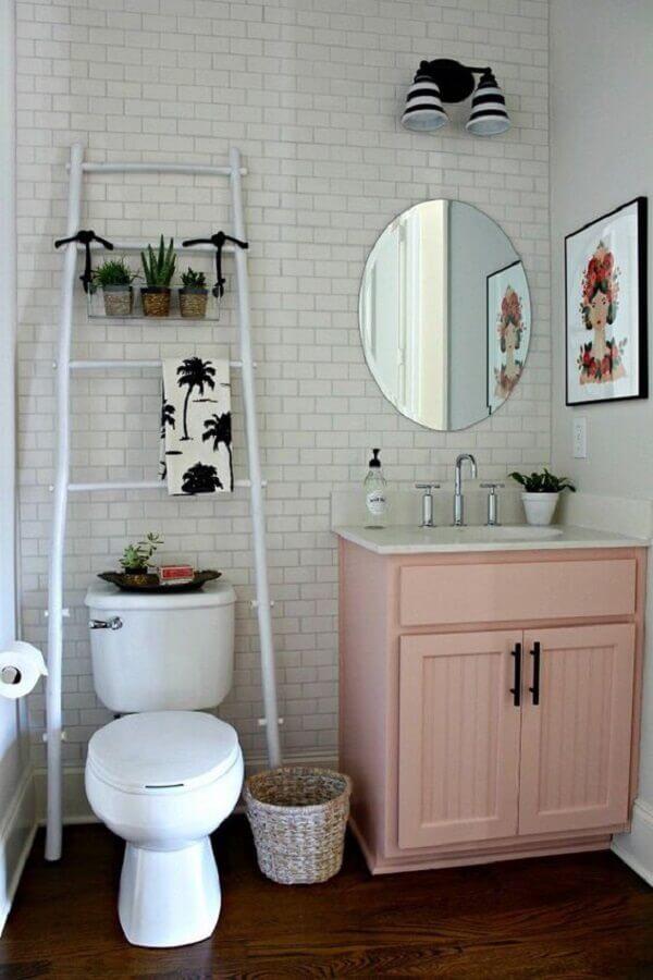 banheiro simples decorado com revestimento tijolinho branco Foto Só Decoração