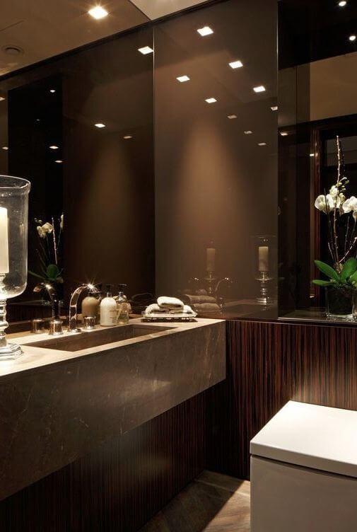 Banheiro sofisticado com cores de granito marrom