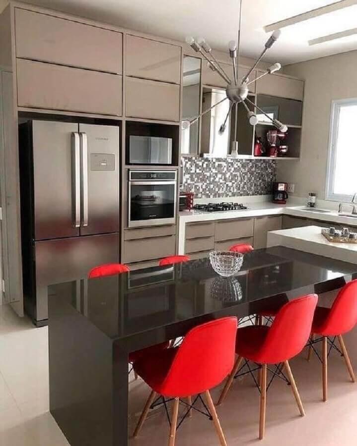 cadeiras vermelhas para cozinha sob medida com ilha moderna Foto Pinterest