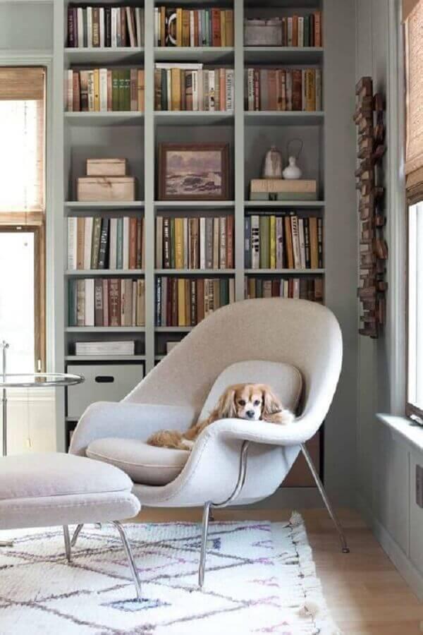 cantinho de leitura decorado com estante de nichos planejado Foto Casa Très Chic